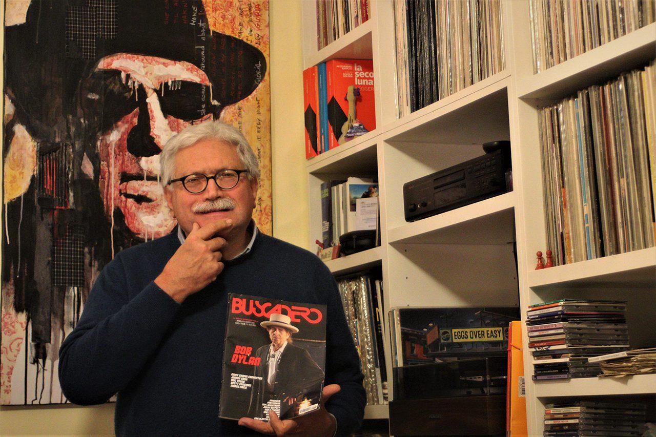 Guido Giazzi con in mano una copia del Buscadero di cui è direttore