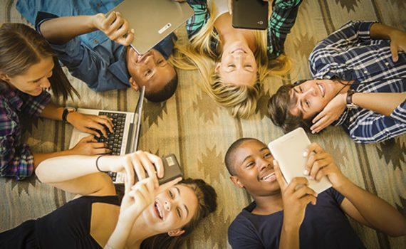 Millenials che ascoltano musica allo smartphone